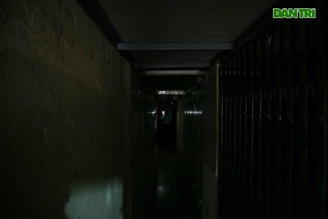 Một con ngõ trên phố Hàng Buồm, sâu khoảng 200m, ngang chưa tới 1m chỉ vừa 1 người đi, người di chuyển qua đây phải dùng đèn pin mới có thể nhìn đường. Tuy vậy, ít ai biết bên trong ngõ này là nơi ở của 12 hộ dân.