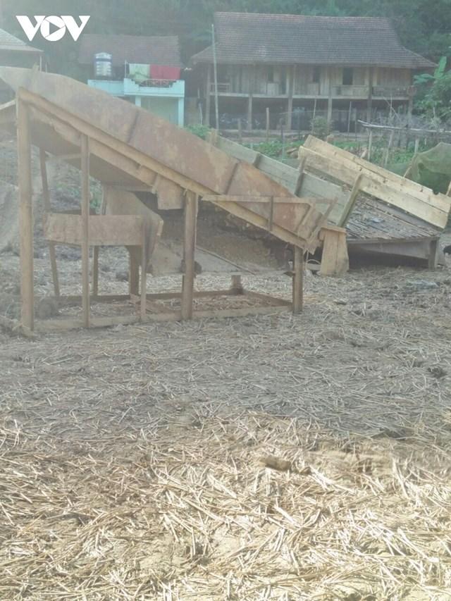 Cỗ máy nghi là để sàng đãi vàng đặt ở các mảnh ruộng trước sân của một hộ gia đình.