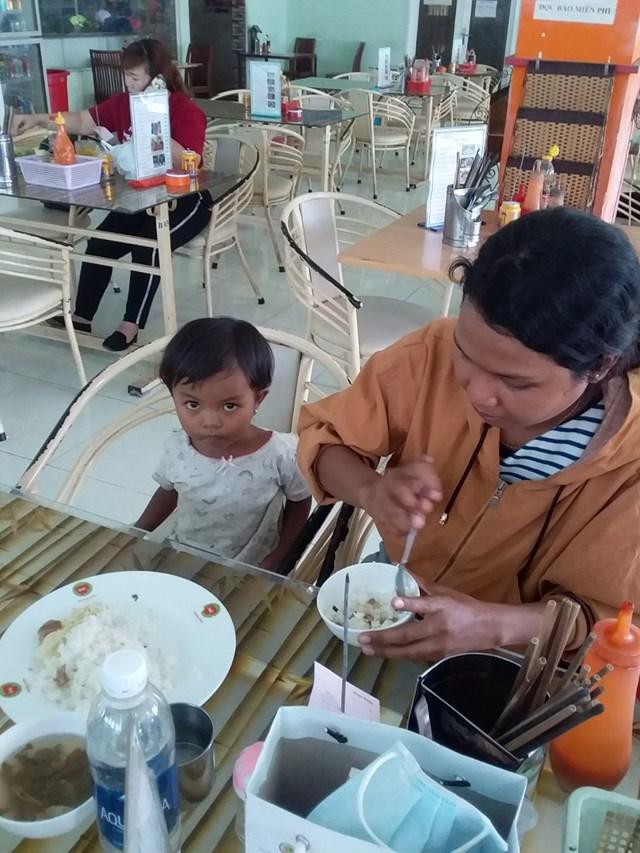 Hành khách dùng bữa ở căn tin Miền Đông.