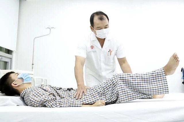 Bác sĩ thăm khám tình trạng của bệnh nhân.