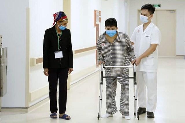 Những bước đi chập chững gần như đầu tiên của bệnh nhân.