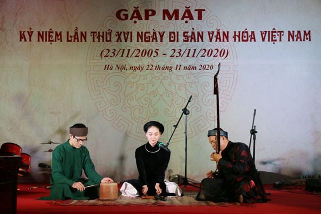 Biểu diễn nghệ thuật truyền thống trong buổi gặp mặt các nghệ nhân, những người làm di sản Hà Nội.