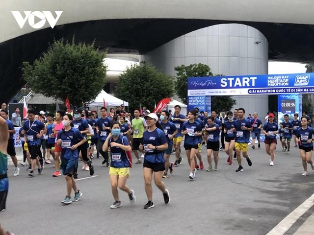 Giải marathon Quốc tế Di sản Hạ Long 2020 thu hút được đông đảo vận động viên tham gia.