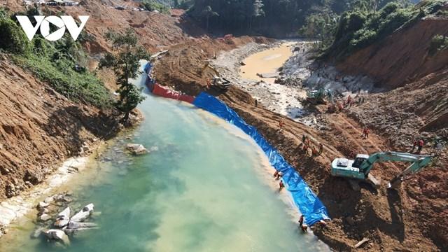 Sau khi nắn dòng, các lực lượng đã bắt đầu tìm kiếm ở khu vực nghi ngờ có nạn nhân mất tích dưới lòng sông tại Rào Trăng.