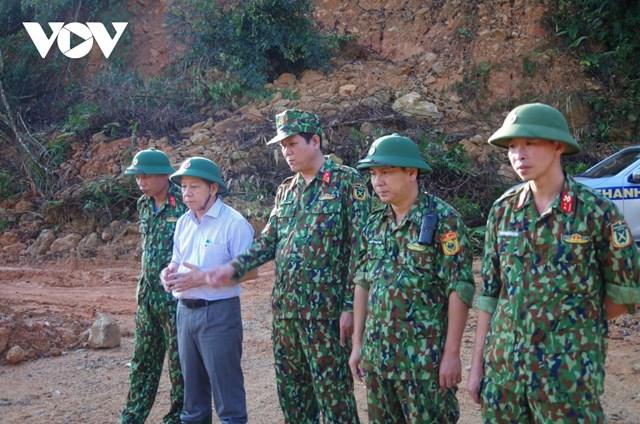 Ông Phan Ngọc Thọ, Chủ tịch UBND tỉnh Thừa Thiên Huế (thứ 2 bên trái) có mặt tại hiện trường tìm kiếm nạn nhân mất tích tại thủy điện Rào Trăng 3.