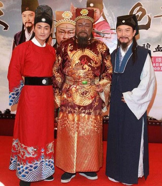 """Hà Gia Kính nổi tiếng nhờ bộ phim truyền hình """"Bao Thanh Thiên"""" (năm 1993)."""