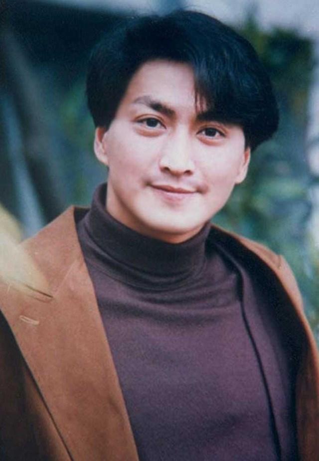 Ngoài Bao Thanh Thiên, Hà Gia Kính còn tham gia các bộ phim như Thư Kiếm Ân Cừu Lục, Thiếu niên Trương Tam Phong, Đại tướng quân, Bất liễu tình, Thư kiếm ân cừu lục, series Trung Hoa anh hùng…