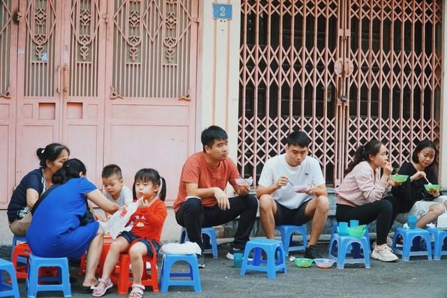 Không cần mái che, không cần bàn ăn nhưng quán nhỏ của chị Hoa vẫn thu hút đông thực khách