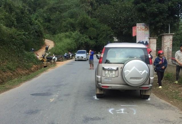 Chiếc ô tô tông xe máy trong khi vượt xe đầu kéo. Ảnh: CTV.