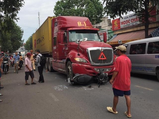 Hiện trường vụ tai nạn nghiêm trọng trên đường Bùi Hữu Nghĩa.