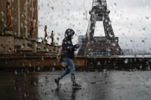 """""""Mùa"""" Covid giữa trung tâm thủ đô Paris của nước Pháp."""