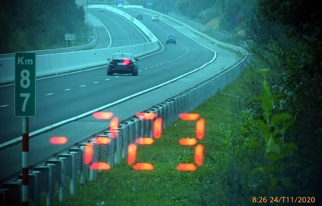 Hình ảnh chiếc xe chạy quá tốc độ bị phương tiện nghiệp vụ của công an ghi lại.