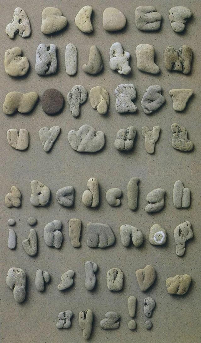 Đây là một trong một số bảng chữ cái do một nhà thiết kế người Bỉ lắp ráp từ những viên đá được thu thập tại bãi biển.