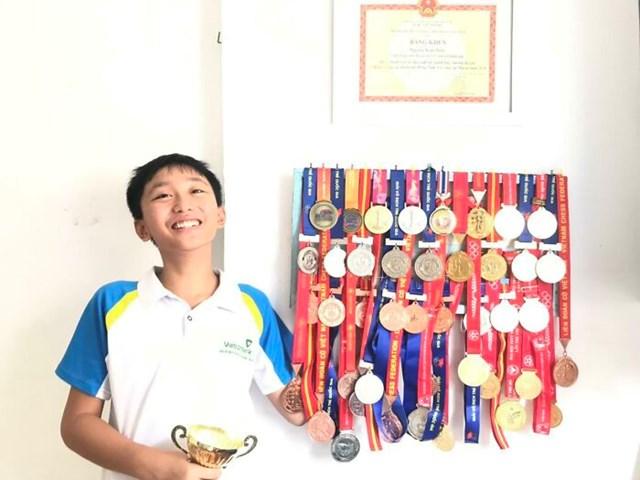 Một cậu bé 14 tuổi với bộ sưu tập Huy chương cờ vua.