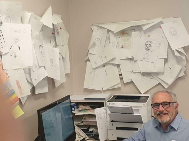 Một bác sĩ nhi đã sưu tập tất cả những bức tranh mà trẻ em đã vẽ về ông ấy.