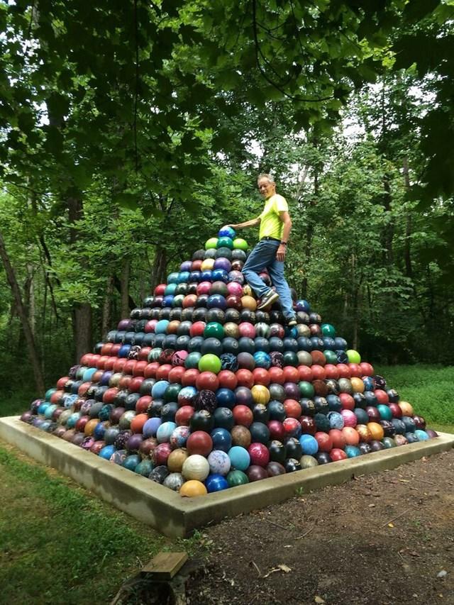 1.785 quả bóng bowling được thu thập trong 15 năm và đã xây được một kim tự tháp bóng khổng lồ.