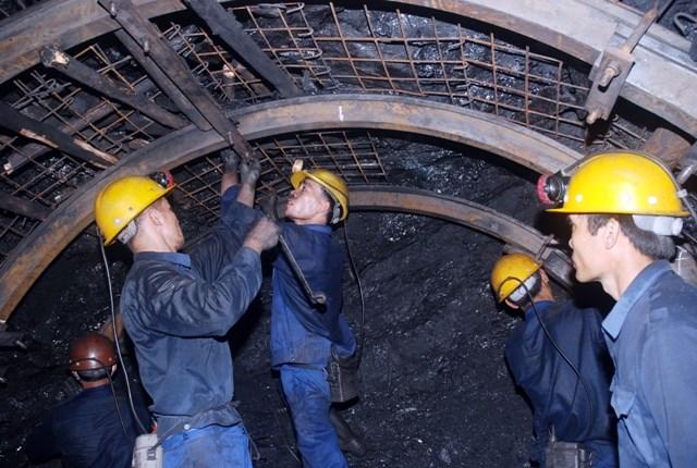 Công nhân làm việc trong hầm lò rất vất vả nên họ không muốn tăng tuổi nghỉ hưu.