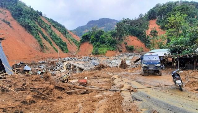 Ngổn ngang đường vào xã Phước Lộc.