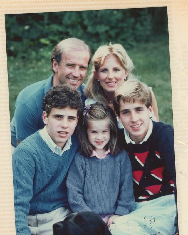 Một bức chụp gia đình ông Biden cách đây nhiều năm. Ashley là con chung duy nhất giữa ông Biden và người vợ thứ 2, bà Jill Biden. Ông Biden có 2 con trai với người vợ đầu, người qua đời cùng con gái nhỏ trong một tai nạn giao thông thảm khốc năm 1972. Ảnh: Instagram.