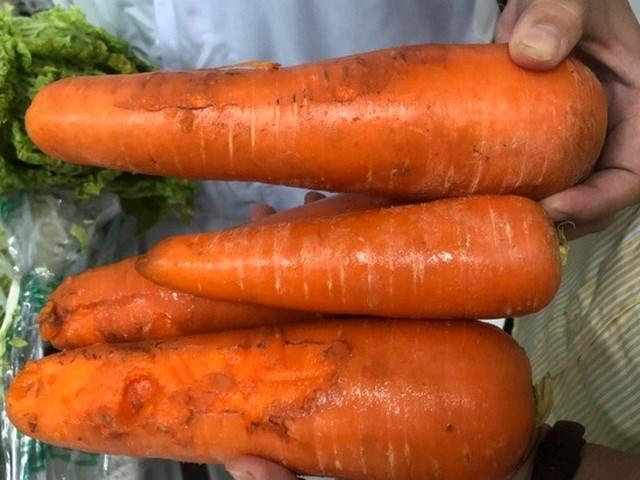 Hình ảnh các bữa ăn chính của trẻ và cà rốt bị dập thối được phụ huynh chụp tại trường.