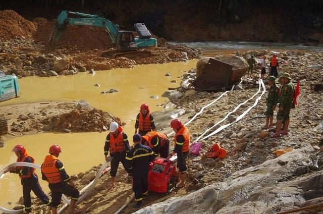 Lực lượng phòng cháy, chữa cháy Công an tỉnh triển khai máy hút nước để tìm kiếm dưới lòng sông.