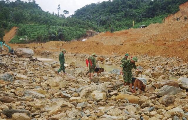 Chó nghiệp vụ Trường trung cấp 24 Biên phòng tìm nguồn hơi thi thể các nạn nhân dưới lòng sông.