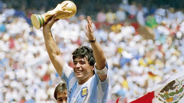 Maradona nâng cao chiếc Cup vô địch World Cup 1986 với tấm băng đội trưởng.