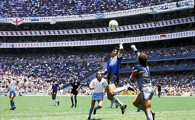 Maradona ghi bàn bằng tay vào lưới đội tuyển Anh ở World Cup 1986.