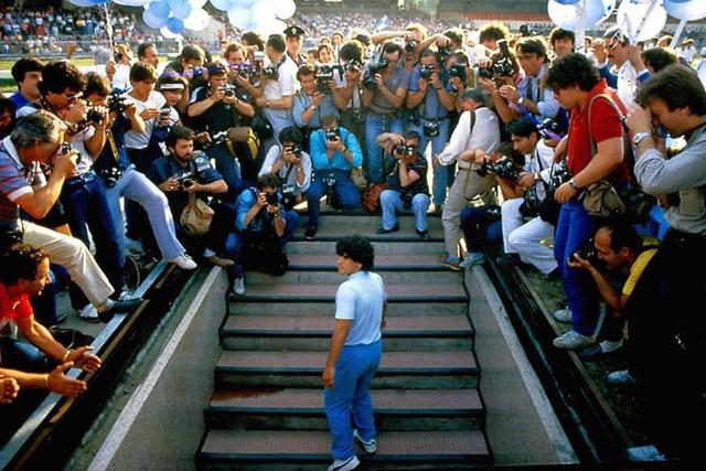Maradona ra mắt tại CLB Napoli vào năm 1984 với một mức kỷ lục khác - 10,4 triệu USD.