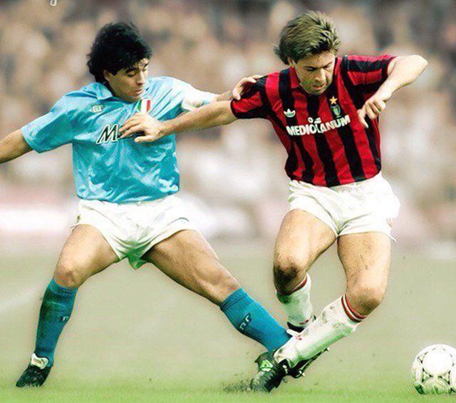Maradona (trái, Napoli) chạm trán vớiCarlo Ancelotti (AC Milan) thời cả hai còn thi đấu.