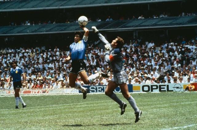 """Pha ghi bàn huyền thoại mang tên """"Bàn tay vàng của Chúa"""" giúp Argentina đánh bại tuyển Anh 2-1."""