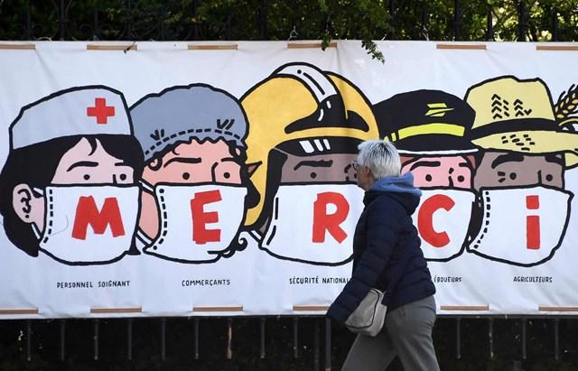 Áp phích trên đường phố Paris (Pháp) mang thông điệp cảm ơn những người góp phần chống dịch Covid-19.Nguồn: AFP.