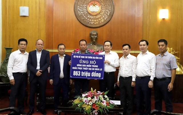 Chủ tịch Trần Thanh Mẫn tiếp nhận ủng hộ từ Hội phụ nữ Trung tâm thương mại Đồng Xuân và Hội đồng hương Ninh Bình tại Cộng hòa Liên bang Đức.