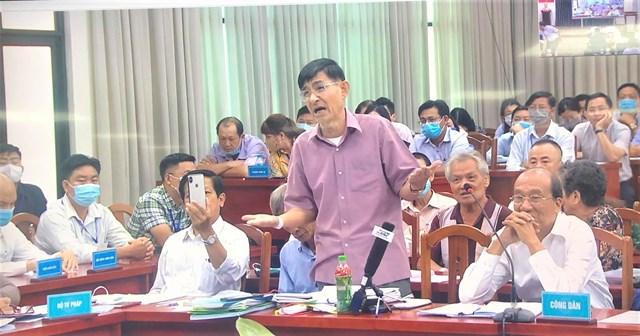 Đại diện các hộ dân trình bày ý kiến tại buổi đối thoại. Ảnh: Hồng Phúc.