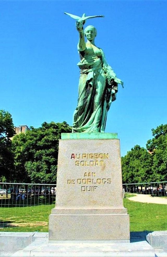 """Tượng đài vinh danh những """"chiến binh lông vũ"""" ở Brussels (Bỉ). Nguồn: topwar.ru."""