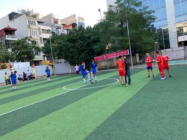 Học sinh khiếm thị chuẩn bị giao hữu bóng đá.