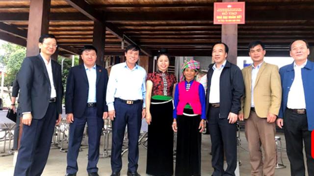 Phó Chủ tịch Ngô Sách Thực và lãnh đạo Cụm bàn giao nhà Đại đoàn kết cho hộ nghèo tại Nghĩa Lộ.