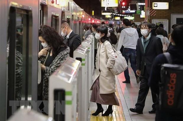 Người dân đeo khẩu trang phòng lây nhiễm Covid-19 tại Tokyo, Nhật Bản. Ảnh: THX/TTXVN.