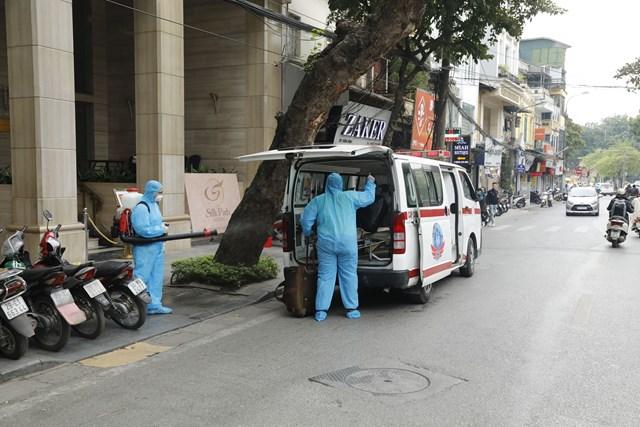 Người dân Hà Nội hoang mang khi thấy nhân viên y tế xuất hiện và tiến hành khử khuẩn tại khách sạn. Ảnh: Quang Vinh.