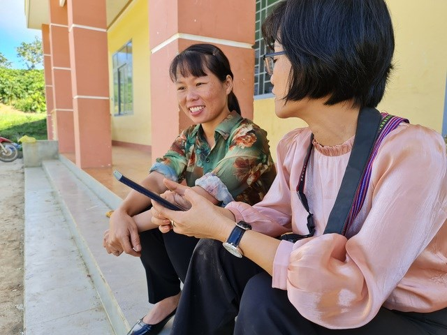 """Cô giáo Vàng Thị Chim (bên trái) chia sẻ: """"Mình tự hào về quyết định đi học và hiện tại đã trở thành một cô giáo""""."""