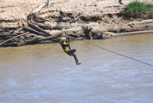 Nhiều lần đu qua sông, người dân bị mắc giữa sông hoặc nông sản bị rơi trôi mất.