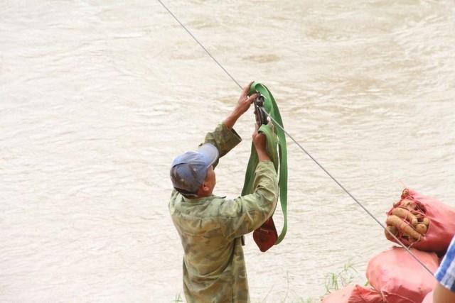 Mỗi gia đình tự sắm một cái ròng rọc với giá 300.000 - 400.000 đồng để đu cáp vượt sông.