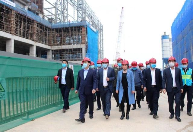 Bí thư Thành ủyVương Đình Huệ cùng các lãnh đạo thành phố, lãnh đạo các sở và lãnh đạo huyện Sóc Sơn kiểm tra Khu Liên hợp xử lý rác thải Sóc Sơn.