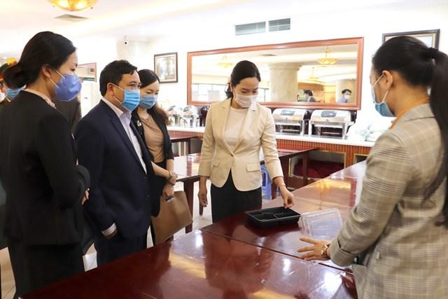 Đoàn công tác của UBND tỉnh Quảng Ninh kiểm tra các khách sạn đang làm cơ sở cách ly tập trung có thu phí (Ảnh: Báo Quảng Ninh).