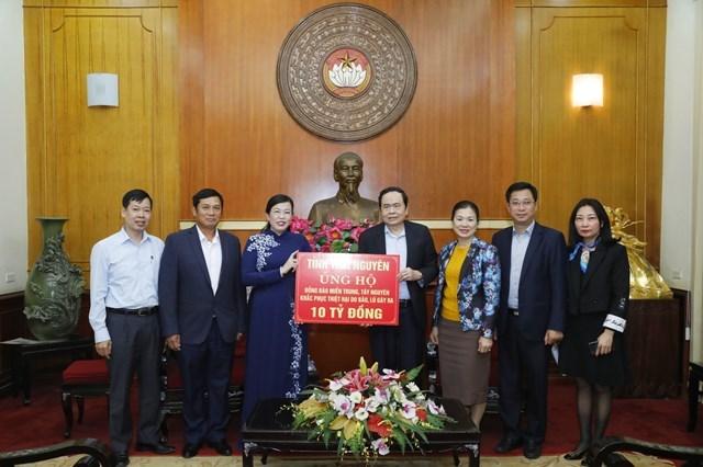 Chủ tịch Trần Thanh Mẫn tiếp nhận ủng hộ 10 tỷ đồng từ Đảng bộ, chính quyền và nhân dân các dân tộc tỉnh Thái Nguyên.