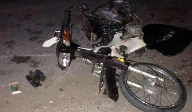 Chiếc xe máy gần như vỡ nát.