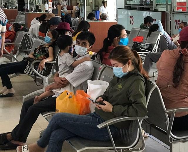 Người dân đeo khẩu trang nơi công cộng tại TP Hồ Chí Minh. Ảnh: L.Anh - Đ.Xá