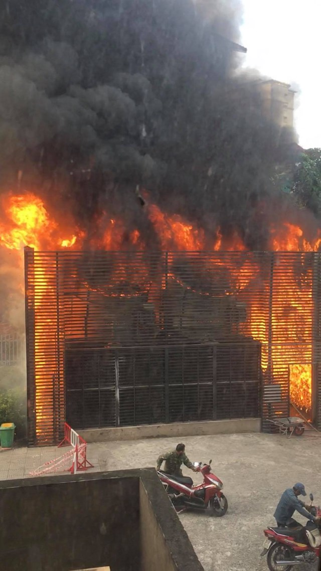 Cột khói cao bốc lên kèm theo ngọn lửa lớn khiến người dân sinh sống tại khu chung cư hốt hoảng bỏ chạy.