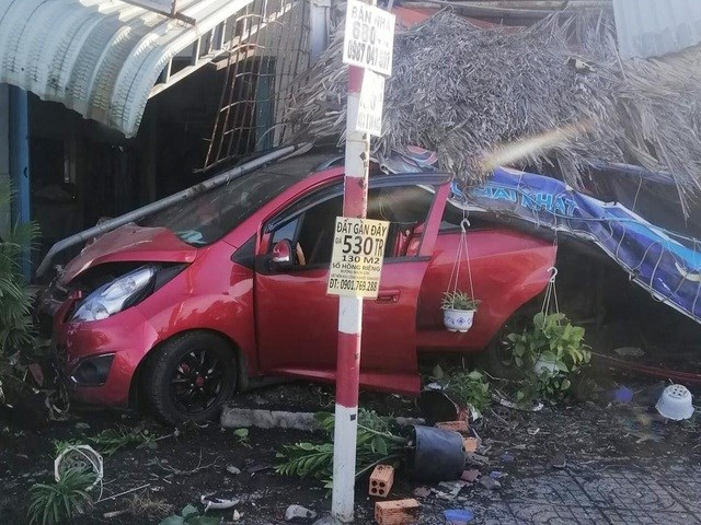 Chiếc xe ô tô tông hàng loạt xe máy rồi húc sập mái hiên nhà dân.