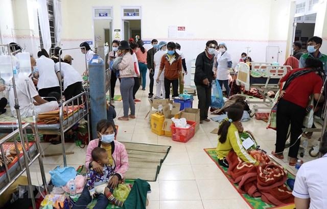 Bác sỹ, điều dưỡng tại Trung tâm y tế huyện Chư Pưh, Chư Sê và Phú Thiện cấp cứu, điều trị cho bệnh nhân. Ảnh: TTXVN.